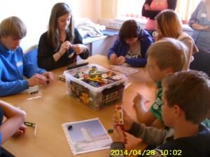 Klasse 7-Teamarbeit beim Turmbau